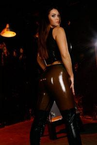 jeune femme maitresse au tel bdsm en cuir et latex